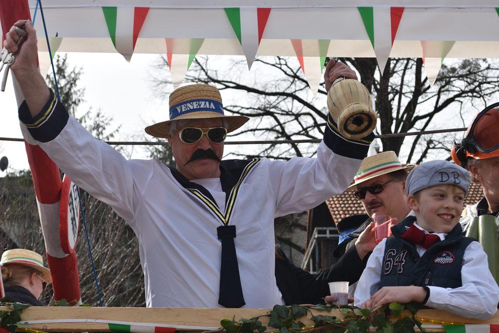 Italien feiert Bürgerforum Inntal Faschingzug Flintsbach Brennernordzulauf