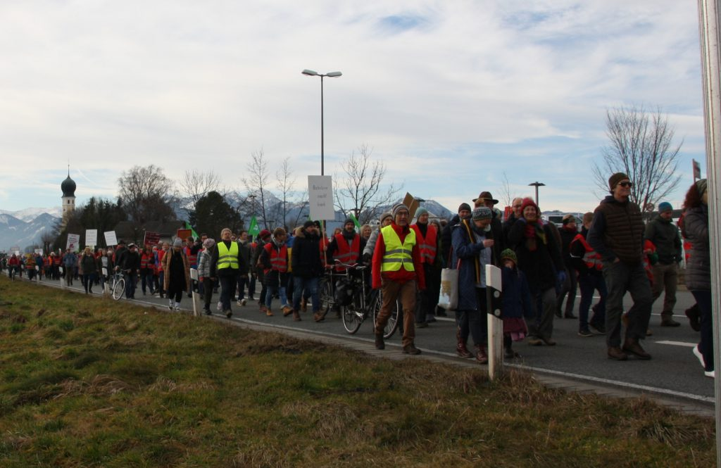 Der Demonstrationszug macht sich vom Stadtteil Heiligblut pünktlich um 9:30 Uhr auf den Weg. PI20021
