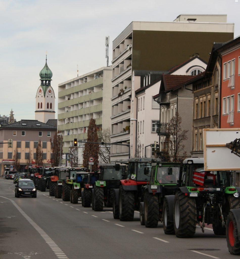 3.000 Demonstranten, davon über 1.000 Landwirte mit über 400 Traktoren, demonstrieren gegen die Zers