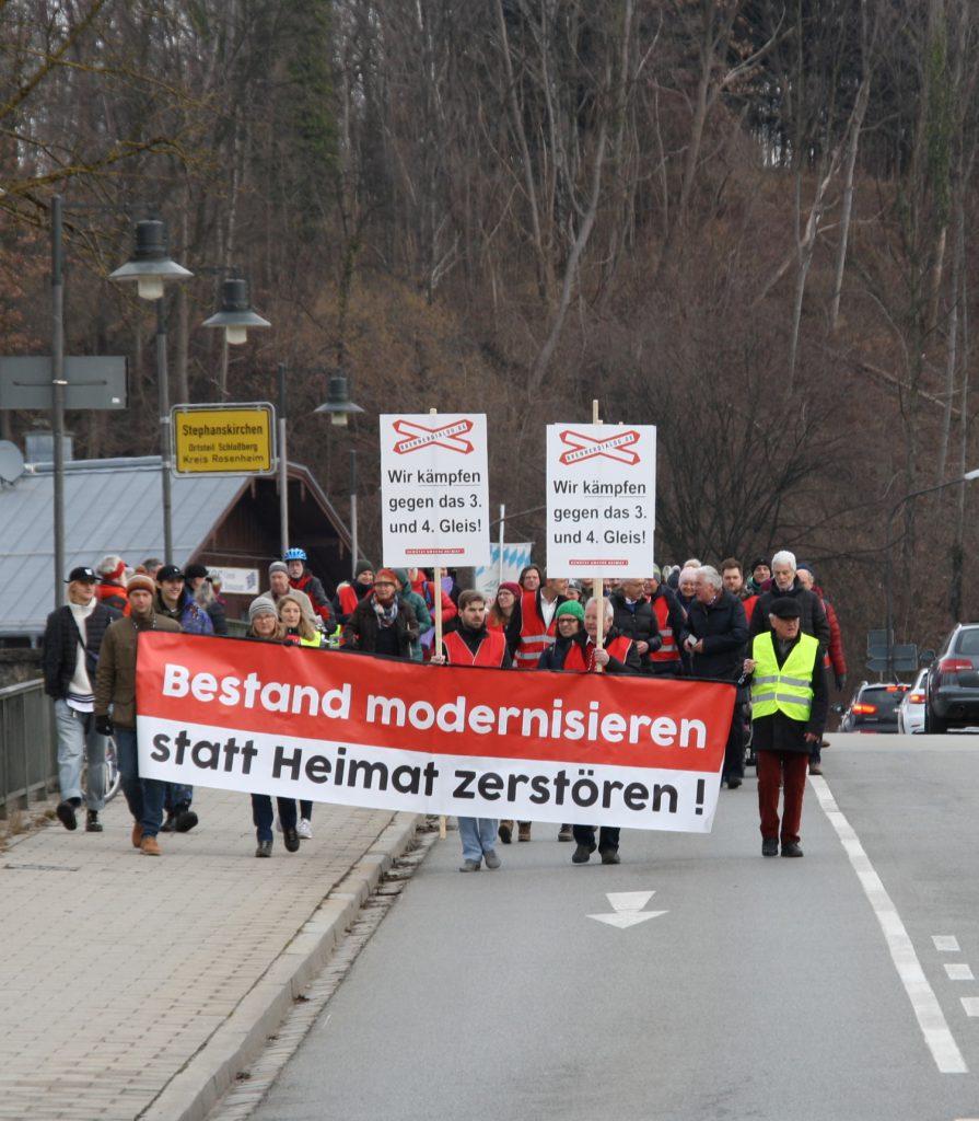 Der Demonstrationszug von Stephanskirchen überschreitet den Inn und damit die Stadtgrenze. Dateiname