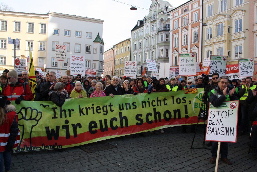 Die Delegation von Stuttgart 21 ist an vorderster Front mit dabei. Dateiname: PI200219_Bild_11 Quell