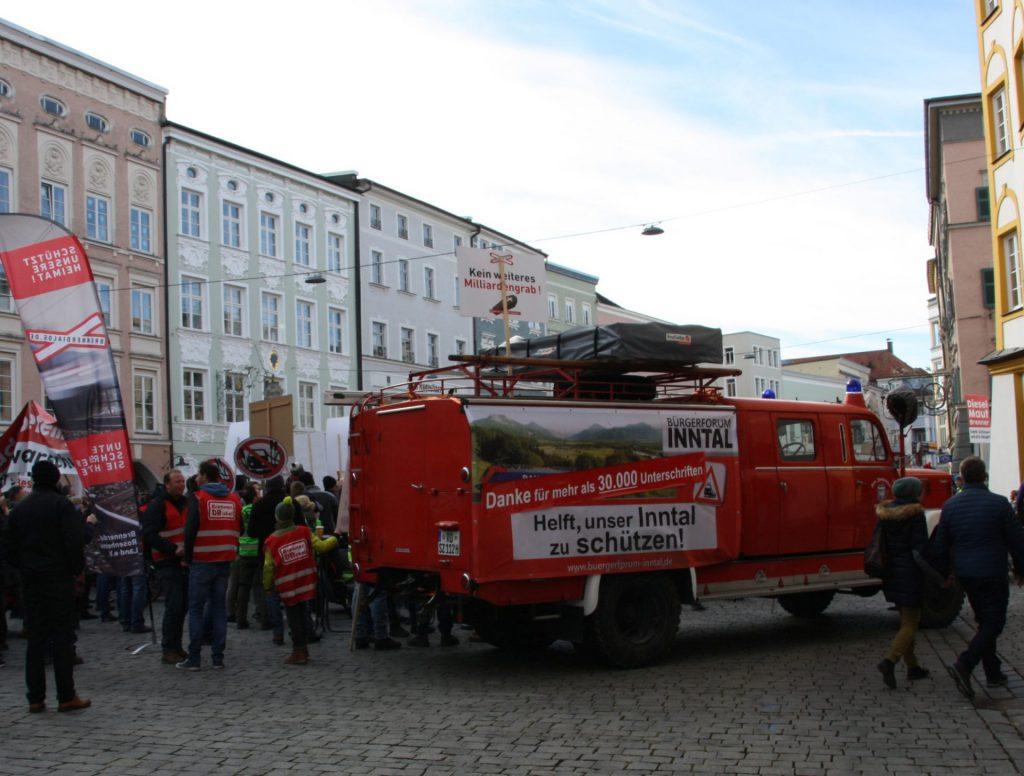 Am roten Feuerwehrauto des Bürgerforums wurden über 500 neue Unterschriften für die Petition an den