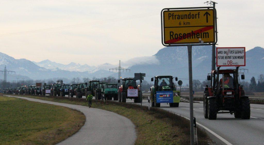 Um 9:25 Uhr rollen über 100 Traktoren aus dem Inntal zur Demo nach Rosenheim – das hat es noch nie g