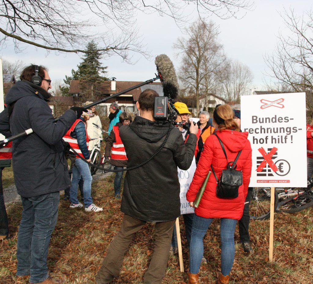Ein Kamerateam vom NDR lässt es sich nicht nehmen, den Protest gegen neue Gleise zum Brenner zu film