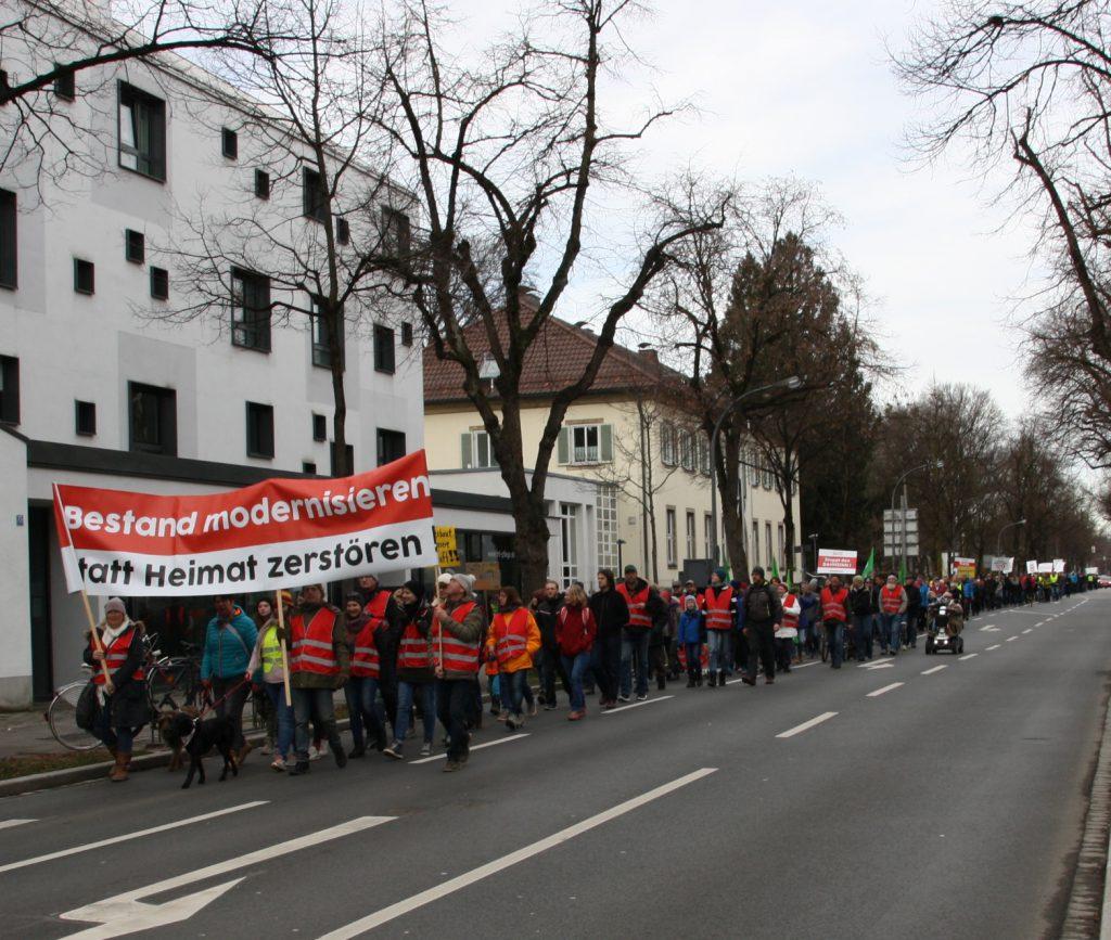 Der Demonstrationszug aus Westerndorf, Großkarolinenfeld und den westlichen Gemeinden hat die Stadtm