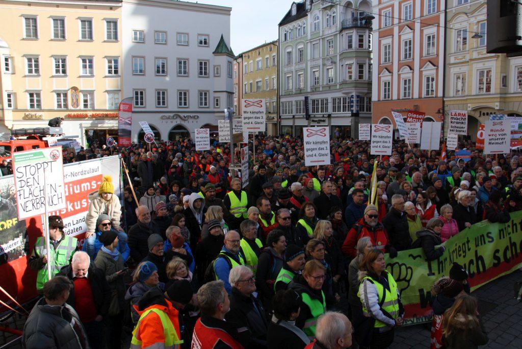 3.000 Bürger demonstrieren mit 400 Traktoren im Vorfeld der Kommunalwahl gegen die Zerstörung ihrer