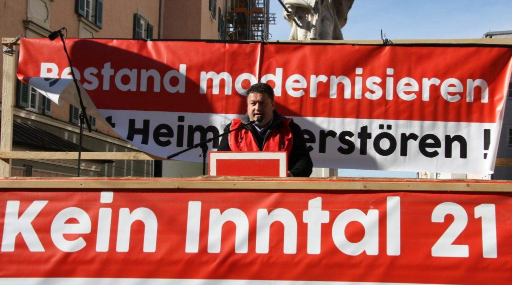 """Thomas Riedrich vom Brennerdialog eröffnet die zentrale Kundgebung mit den Worten """"Des braucht's net"""