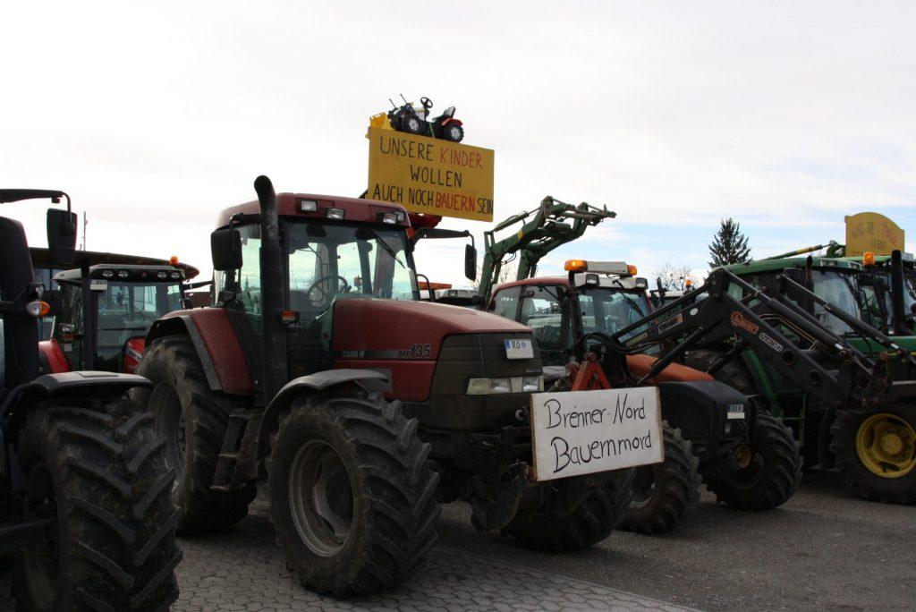 Die Landwirte zeigen mit kreativen Schildern unmissverständlich ihre Sorgen und ihren Ärger. Dateina