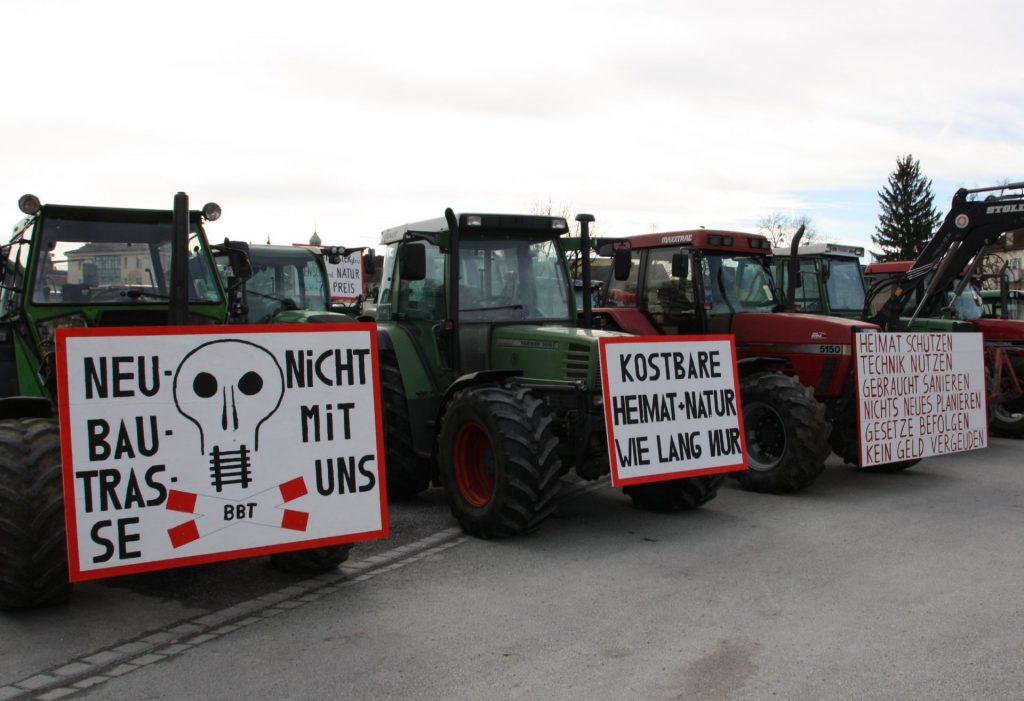 Kreative Protestschilder auf den 400 Traktoren drücken die Sorge und den Ärger der Betroffenen einde